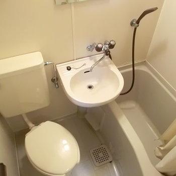 ミニマムな生活にはぴったりの3点ユニット。※写真は2階の同じ間取りの別部屋のものです。