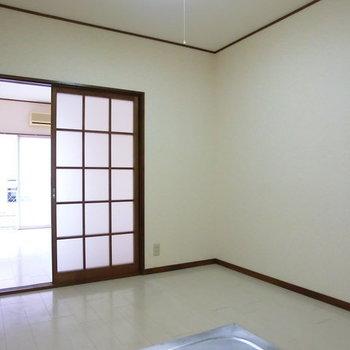 キッチンと分かれていますが、ドアを空けたらひろーい空間に。※写真は2階の同じ間取りの別部屋のものです。