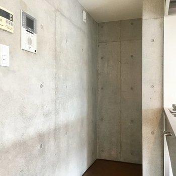 奥に冷蔵庫を。※写真は3階の同間取り別部屋です。