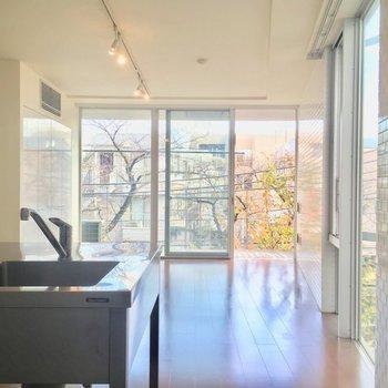 窓が大きい明るい空間。※写真は3階の同間取り別部屋です。