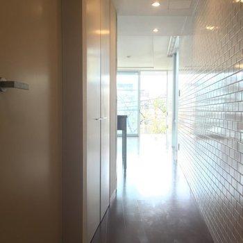 奥の扉にちょっとした収納、手前が水回り。※写真は3階の同間取り別部屋です。