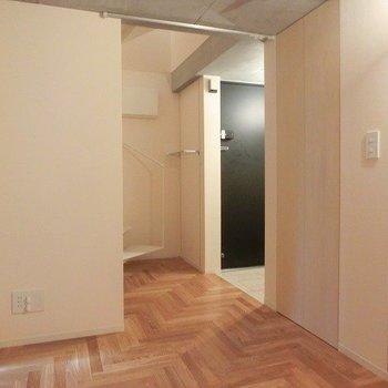 高さ調節のできる棚もついています!※別部屋の写真です