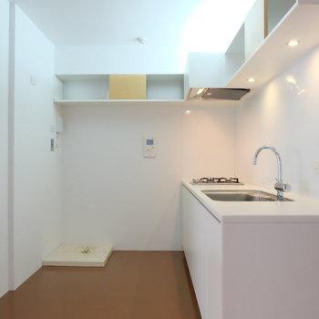 キッチンルームに洗濯機を置くことになります。欧米スタイルですね。※写真は別部屋です。