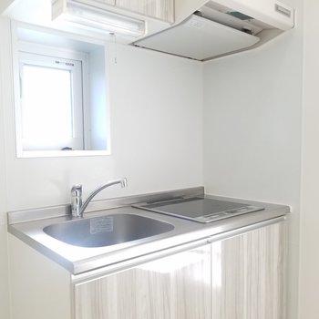 小窓がステキなキッチン。(画像は401号室のものとなります)
