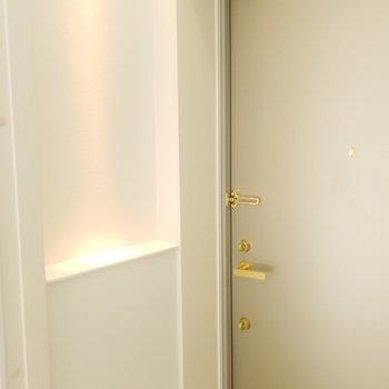 玄関に小物スペース。可愛い。(画像は401号室のものとなります)