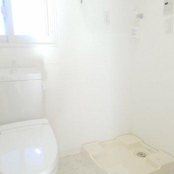 トイレの横に洗濯機を!(画像は401号室のものとなります)