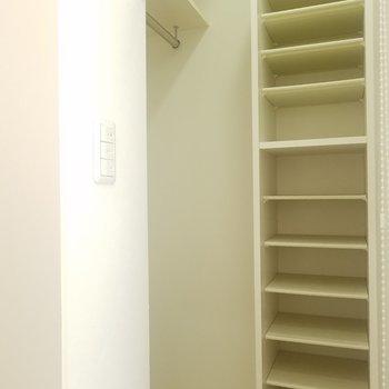 玄関ドアのとなりにナイショの収納。ロールカーテンで隠そう。(画像は401号室のものとなります)