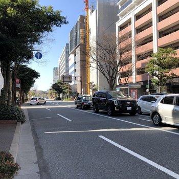 目の前は明治通り。車通りは多いので注意です。