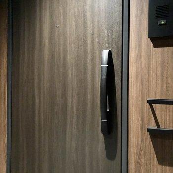 鍵はカードキーをハンドルにかざすタイプ。