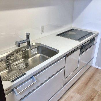 キッチンは半独立型。シンクも広々で使い勝手のいいキッチンです。