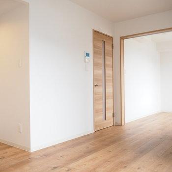 この扉の先が玄関です。