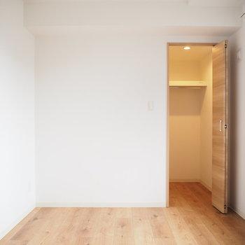 こちらが5帖の洋室。