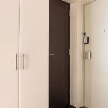 玄関にもドアいっぱい!