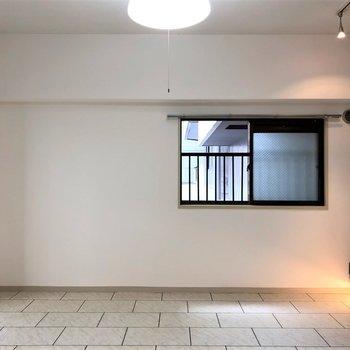 床のタイル感が無機質な空間にぴったり。