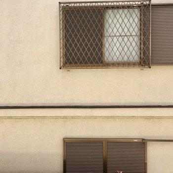 眺望は一軒家の壁…