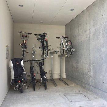 駐輪場は月額300円です。
