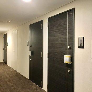 205号室はエントランスを入ってすぐ、手前側のドアです。