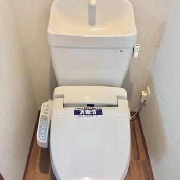 こちらも清潔感溢れる小窓付きのトイレ。ウォシュレット付き!