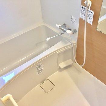 清潔感溢れる浴室!小窓があり、換気◎