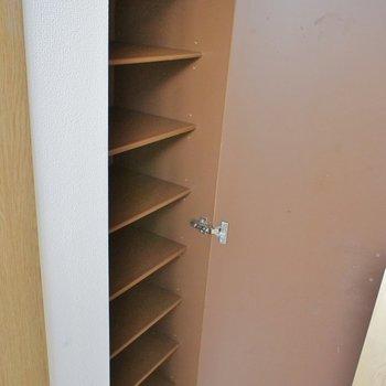 シューズボックスも大容量です※写真は3階の同じ間取りの別部屋です