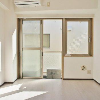壁一面がほとんど窓です。明る〜い!※写真は3階の同じ間取りの別部屋です
