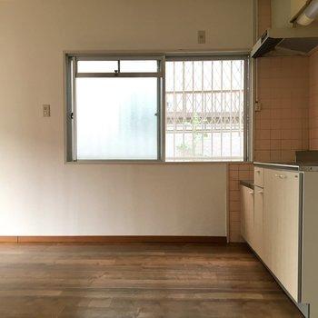 キッチン横には小窓も付いてますよ