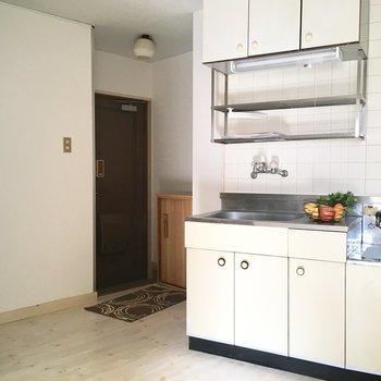 玄関入って広がるキッチンスペース(※家具は見本です)