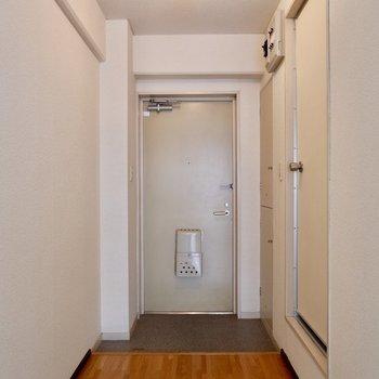 玄関前スペースも棚とか置いて有効的に使えそう!