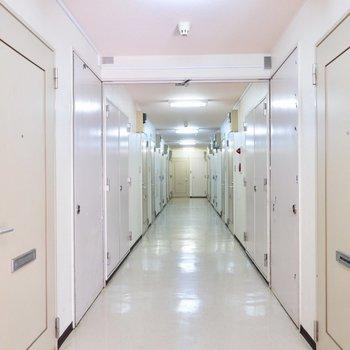 共用部。長ーい廊下。