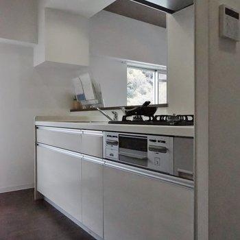 白で清潔感たっぷりのキッチン。