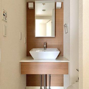 正面の洗面台はシンプルかつ機能的。