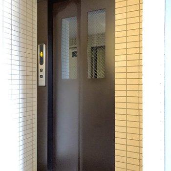 エレベーター上がって3階のお部屋です。