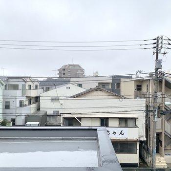 東側からは居酒屋が見えました。