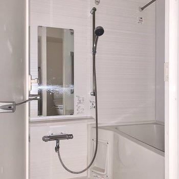 浴室は乾燥機付き。雨の日の洗濯物はこちらで干しましょう。※写真は通電前・フラッシュを使用しています