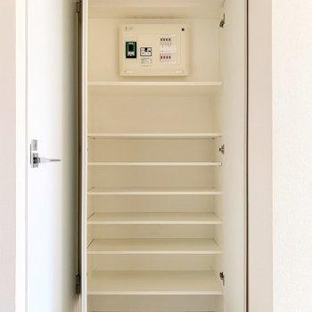 玄関ドアの背中側にシューズボックスがありますよ。