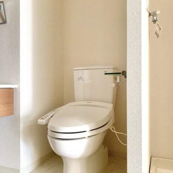 お隣のトイレには温水洗浄機能が付いていますよ。
