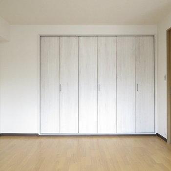 収納の扉もリノベ済みで少し遊び心が