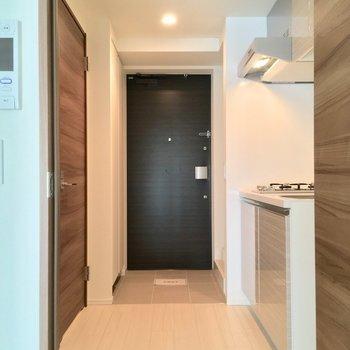 扉を開けて廊下へ、キッチンは右手に