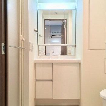 キッチン背面からサニタリーへ。立派な独立洗面台!
