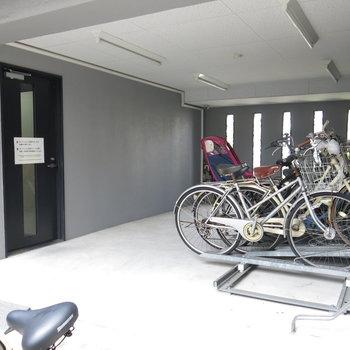 駐輪場はAL内でも外からでも行けますよ!