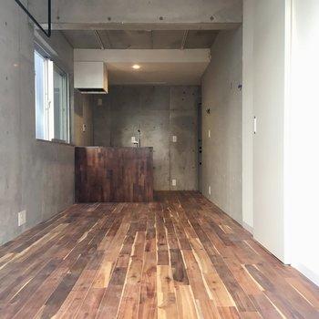 床とキッチンの素材感がいい味※写真は同間取りの別部屋の写真になります。
