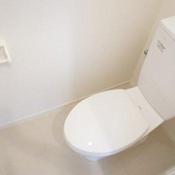 ツルッと可愛らしいトイレ。※写真は1階の反転間取り別部屋です。