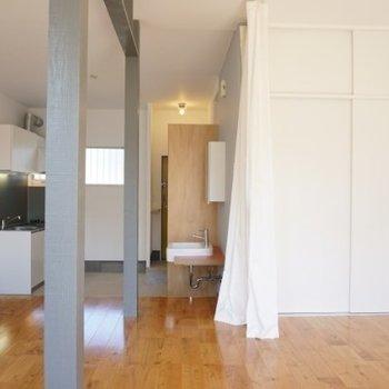 柱の右側には洗面台とクローゼット。※写真は1階の反転間取り別部屋です。