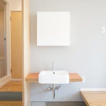 洗面台も室内に馴染むデザイン。※写真は1階の反転間取り別部屋です。