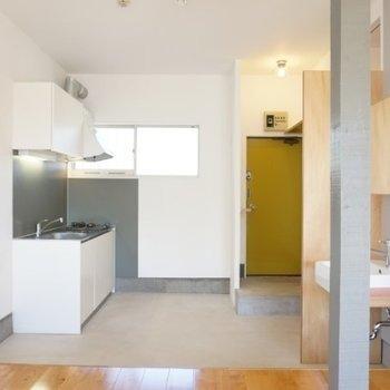 土間からキッチンや水回りへ。※写真は1階の反転間取り別部屋です。