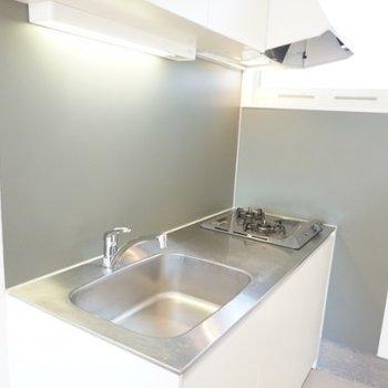 キッチンは使いやすそうな仕様。※写真は1階の反転間取り別部屋です。
