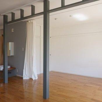 2本の柱が落ちています。※写真は1階の反転間取り別部屋です。