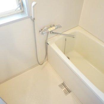 窓付きのお風呂が嬉しい。※写真は1階の反転間取り別部屋です。