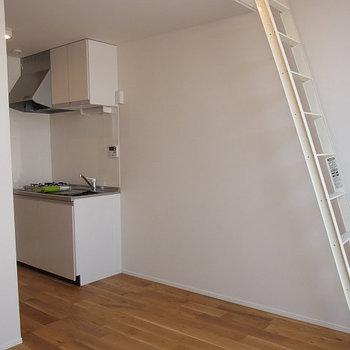 ロフトへは、このはしごで※写真は同じ間取り南東向きの別部屋です