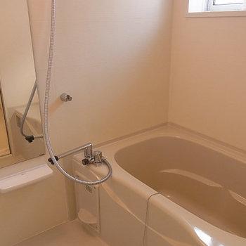 お風呂に窓がありますよ※写真は同じ間取り南東向きの別部屋です